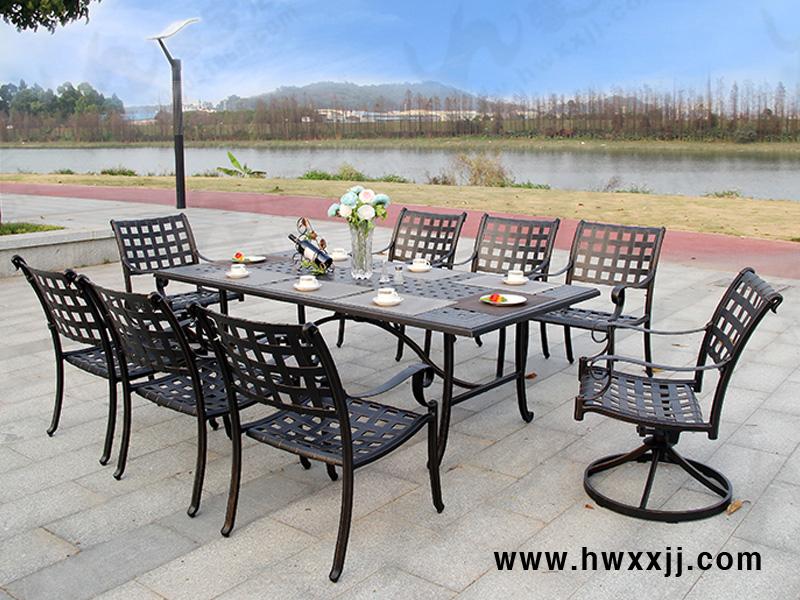 整体简洁大气的欧式风格,色调古朴温馨,质感诱人,桌椅表面手感平滑